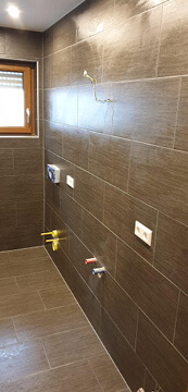 Neues Badezimmer mit Anschlüsse.