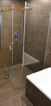 Neues Badezimmer mit Duschkabine.