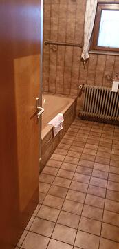 Altes Badezimmer mit alte Fliesen.