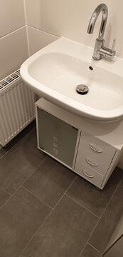Altes Badezimmer komplett saniert mit Waschbecken.