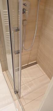 Altes Badezimmer neu gemacht mit Dusche.