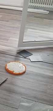 Handwerkliche Arbeiten für neuer Boden verlegen lassen.