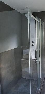 Schönes neues Bad mit Dusche in Raum Stuttgart renoviert.