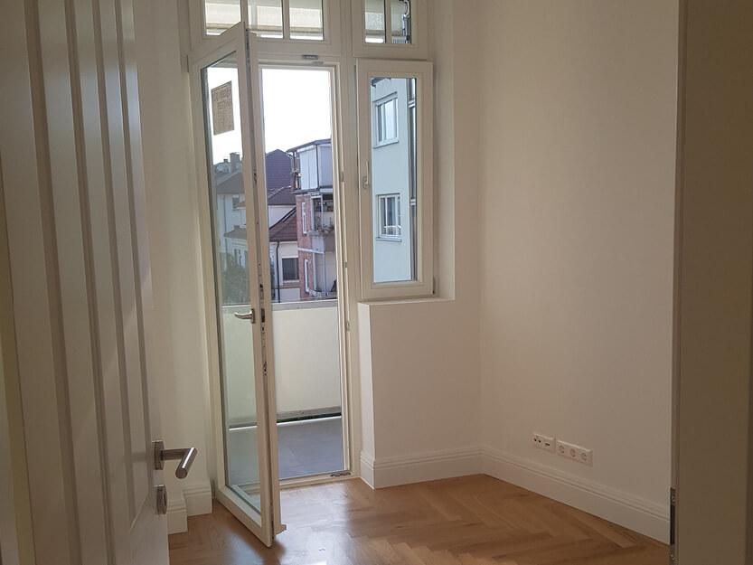 Altbausanierung, Zimmer mit Balkon.