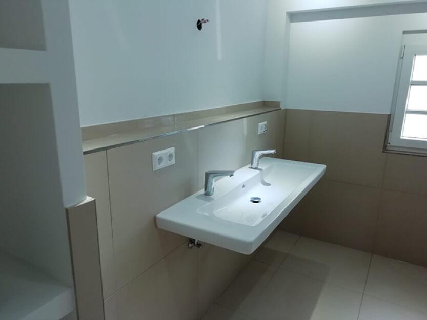 Haus renovieren lassen, neues Badezimmer mit Fliesen.