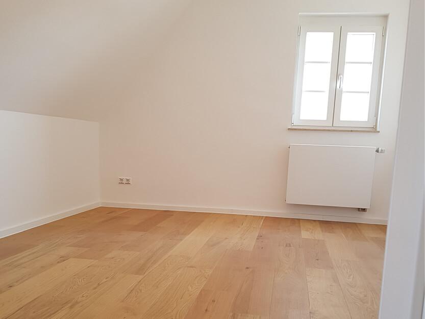 Haus renovieren lassen, neues Zimmer mit neuer Boden und Fenster.