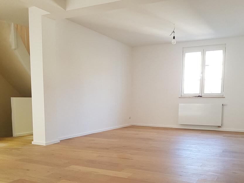 Haus renovieren lassen, neues Zimmer mit Parkettboden.