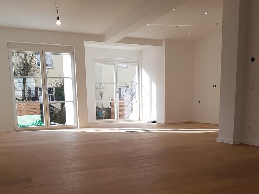 Haus renovieren lassen, neues Wohnzimmer mit Sicht auf Garten.