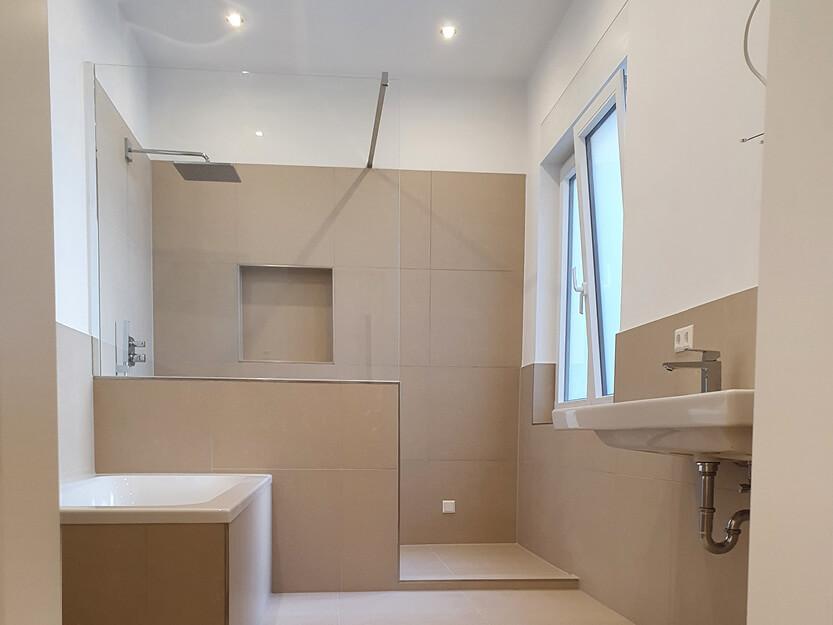 Wohnung komplett renovieren lassen, schönes neues Bad.