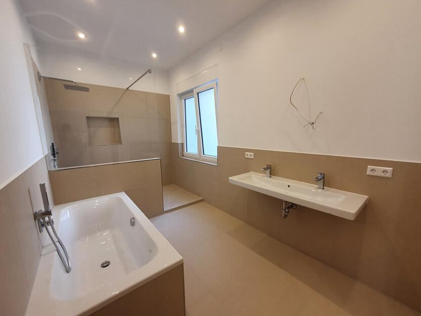 Wohnung komplett renovieren lassen, komplett neues Badezimmer mit Dusche.