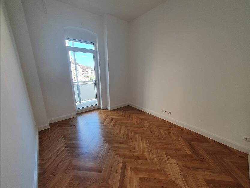 Wohnung komplett renovieren lassen, neues Zimmer mit Balkon.