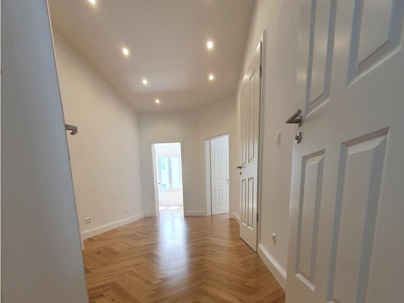 Wohnung komplett renovieren lassen, neues Parkett und neue Türen.
