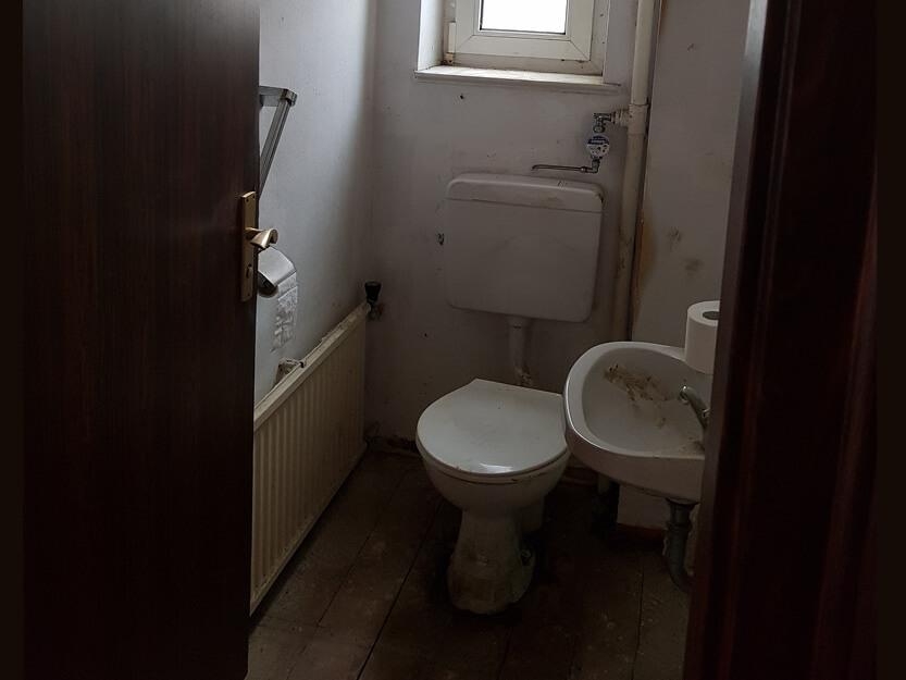 Wohnung komplett renovieren lassen, altes Gäste WC.